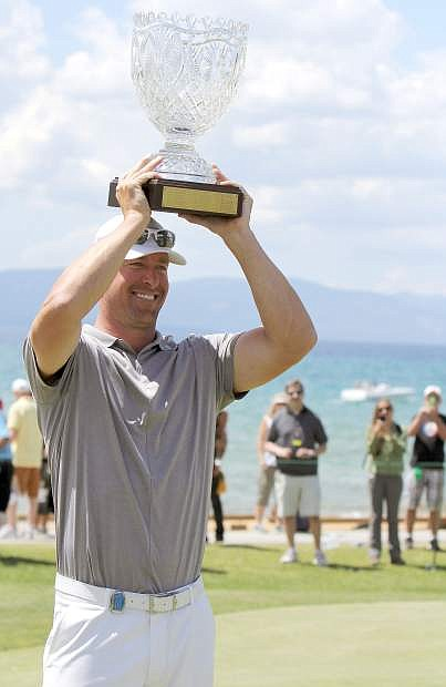 Mark Mulder hoists the trophy after winning the 2015 American Century Championship.